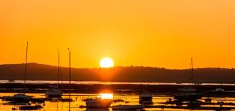 Playa siguiente de la puesta del sol imagen de archivo libre de regalías