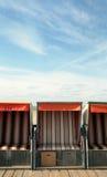 Playa-sillas delante del cielo Imagenes de archivo