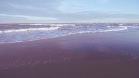 Playa sin la gente en la puesta del sol almacen de metraje de vídeo