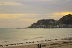 Playa sola en Japón durante una puesta del sol fotos de archivo