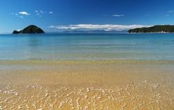 Playa sola y agua cristalina Foto de archivo libre de regalías