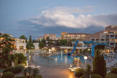 PLAYA SOLEADA, BULGARIA - 15 DE JUNIO DE 2016: plaza elegante de Trakia del hotel con una piscina en sitio, y cuartos cómodos Imagen de archivo libre de regalías