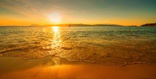 Playa soleada de la puesta del sol Imagenes de archivo