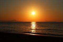 Playa soleada de la puesta del sol Foto de archivo libre de regalías