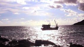 Playa tailandesa de Yanui de los barcos de pesca en Phuket Tailandia almacen de video