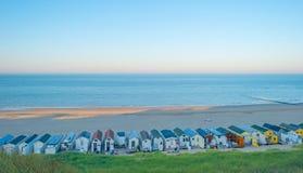 Playa teniendo en cuenta salida del sol Fotos de archivo libres de regalías