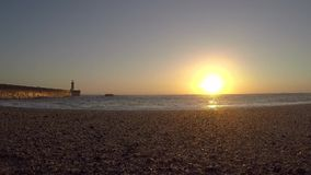 Playa Timelapse de la puesta del sol Puesta del sol hermosa en el mar, almacen de video