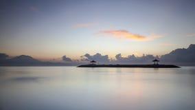 Playa tranquila de Sanur con el soporte Agung en el fondo Foto de archivo