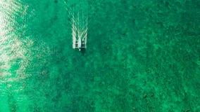 Playa tropical ancha con la arena blanca, visi?n desde arriba almacen de metraje de vídeo