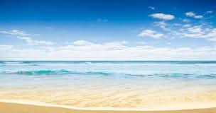 Playa tropical arenosa blanca imágenes de archivo libres de regalías
