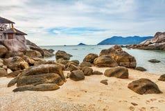Playa tropical bajo el cielo melancólico Fotos de archivo libres de regalías