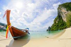 Playa tropical, barco tradicional de la cola larga imagen de archivo