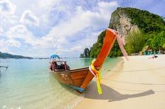 Playa tropical, barco tradicional de la cola larga fotografía de archivo libre de regalías