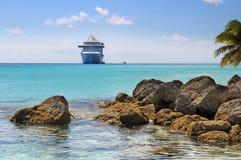 Playa tropical con el barco de cruceros Imágenes de archivo libres de regalías