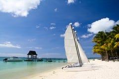 Playa tropical con el barco y las palmas Imagen de archivo libre de regalías