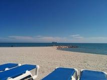 Playa tropical con el barco y parasailing en la distancia fotos de archivo libres de regalías