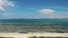 Playa tropical con la arena blanca y agua azul clara almacen de video