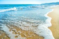 Playa tropical con la arena y el mar Fotos de archivo