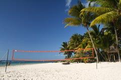 Playa tropical con la red del voleibol Fotografía de archivo