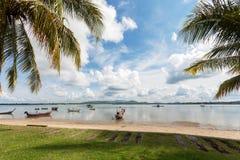 Playa tropical con las palmeras, el cielo azul y las nubes en el mar del verano Imágenes de archivo libres de regalías