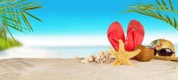 Playa tropical con los accesorios en la arena, backgrou de las vacaciones de verano Fotos de archivo