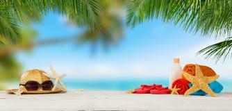 Playa tropical con los accesorios en la arena, backgrou de las vacaciones de verano Fotografía de archivo libre de regalías