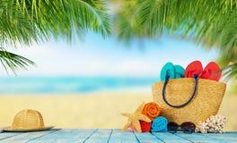 playa tropical con los accesorios en tablones de madera vacaciones de verano fotos de archivo