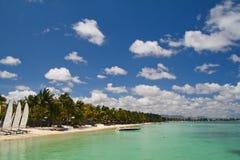 Playa tropical con los barcos Imágenes de archivo libres de regalías
