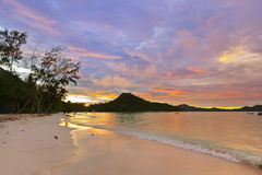 Playa tropical Cote d'Or en la puesta del sol - Seychelles Imagen de archivo libre de regalías