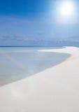 Playa tropical de la arena, barco en el océano de Gree Imagen de archivo libre de regalías