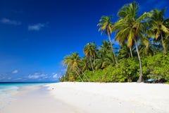 Playa tropical de la arena, barco en el océano de Gree Fotos de archivo