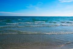 Playa tropical de la arena, barco en el océano de Gree Foto de archivo