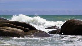 Playa tropical de la arena contra el cielo azul metrajes