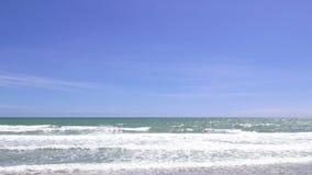 Playa tropical de la arena contra el cielo azul almacen de video