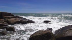 Playa tropical de la arena contra el cielo azul almacen de metraje de vídeo