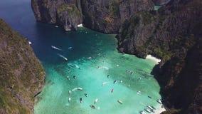 Playa tropical de la bahía del maya en Tailandia Silueta del hombre de negocios Cowering almacen de video