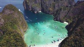 Playa tropical de la bahía del maya en Tailandia Silueta del hombre de negocios Cowering metrajes