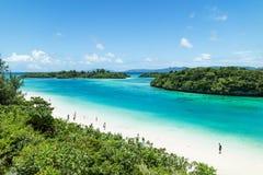 Playa tropical de la isla y laguna azul del claro, Okinawa, Japón imagenes de archivo