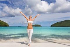 Playa tropical de la mujer imagen de archivo libre de regalías