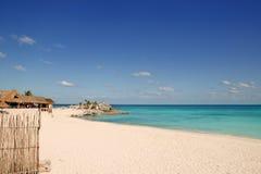 Playa tropical de la turquesa del Caribe de México Tulum Fotos de archivo