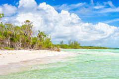 Playa tropical de la Virgen con las ondas del agua de la turquesa en Cuba Fotos de archivo