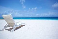 Playa tropical de las sillas de salón Fotografía de archivo libre de regalías