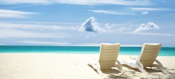 Playa tropical de las sillas de salón Fotos de archivo libres de regalías