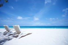 Playa tropical de las sillas de salón Imagen de archivo