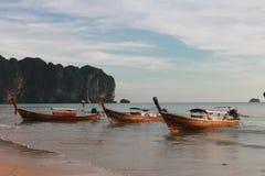 Playa tropical, playa del Ao Nang, puesta del sol Foto de archivo libre de regalías