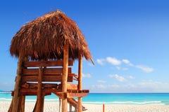 Playa tropical del Caribe de la azotea de madera del sol del salvavidas Foto de archivo libre de regalías