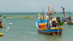 Playa tropical del océano, barco de pesca colorido tradicional de madera amarrado Paisaje marino cerca del pueblo musulmán pobre  metrajes