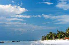 Playa tropical durante la bajamar imagen de archivo