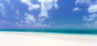 Playa tropical en de Cayo la isla largo imagenes de archivo