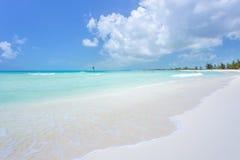 Playa tropical en de Cayo la isla largo fotos de archivo